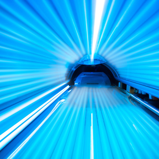 Lupénka a solárium: Raději ne. Efekt je nízký, riziko vysoké